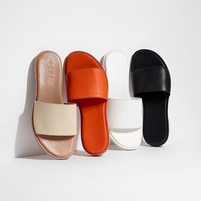 Chic, leather slides: an easy
