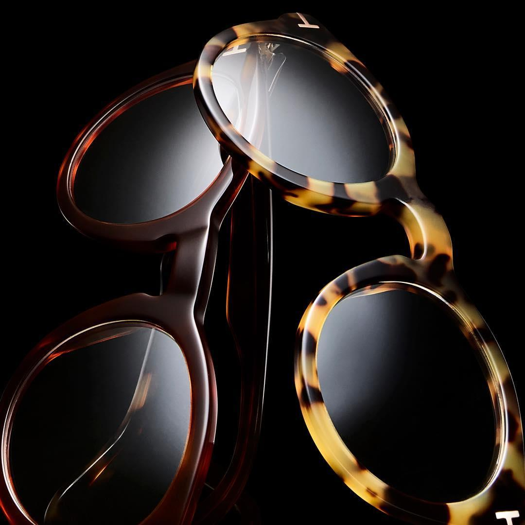 Timeless eyewear with signature TOM FORD details.