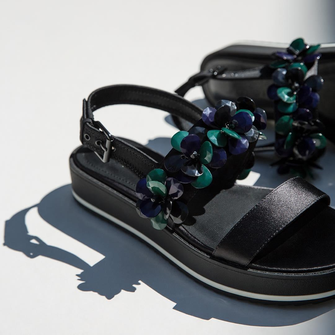 In that place between the old style sandals and the trendiest ones, there is the new shoe for you!