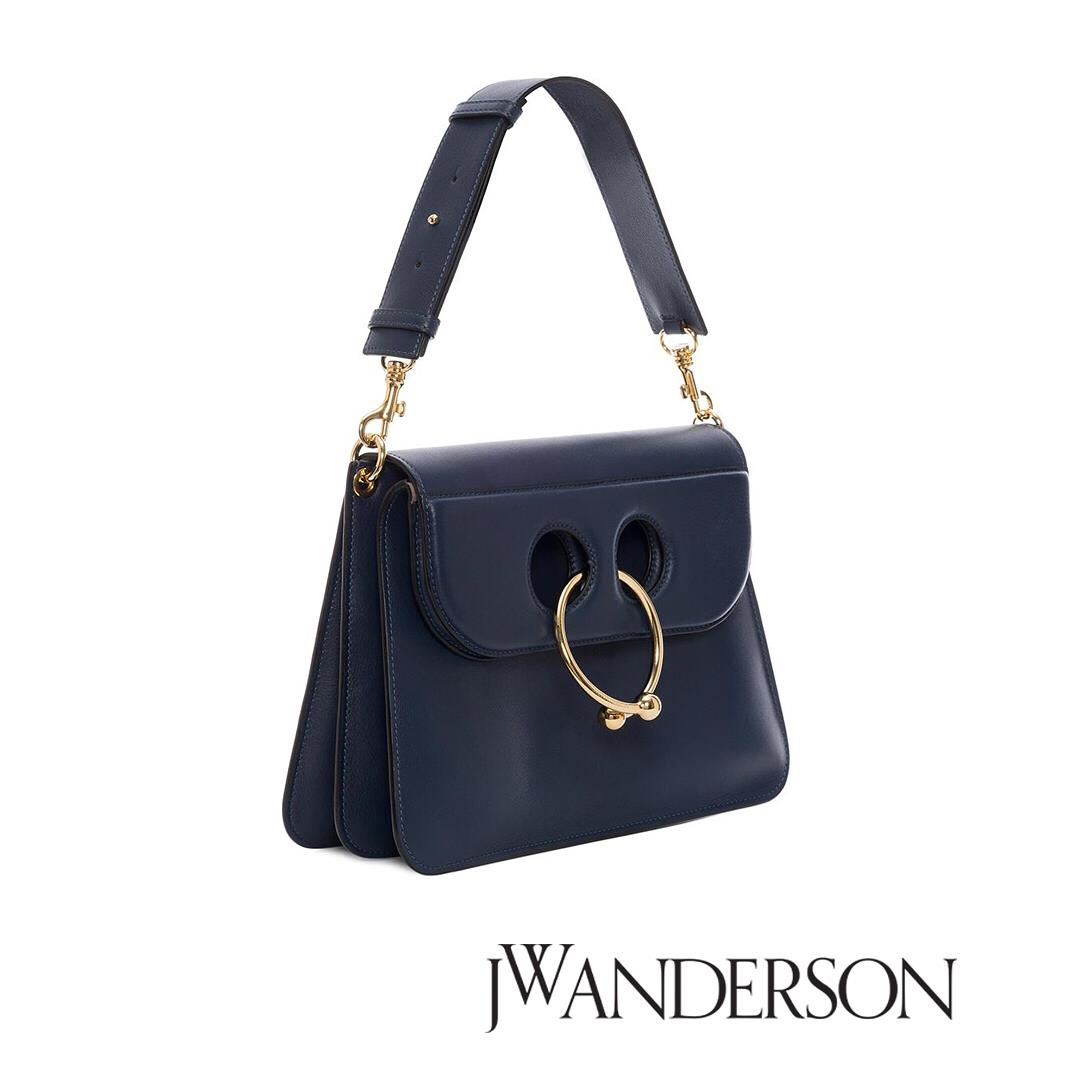 NAVY MEDIUM PIERCE BAG