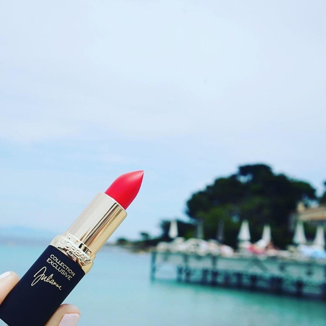 ❤️ French Riviera vibes ❤️ featuring Colour Riche Collection Exclusive in @juliannemoore's red 💄