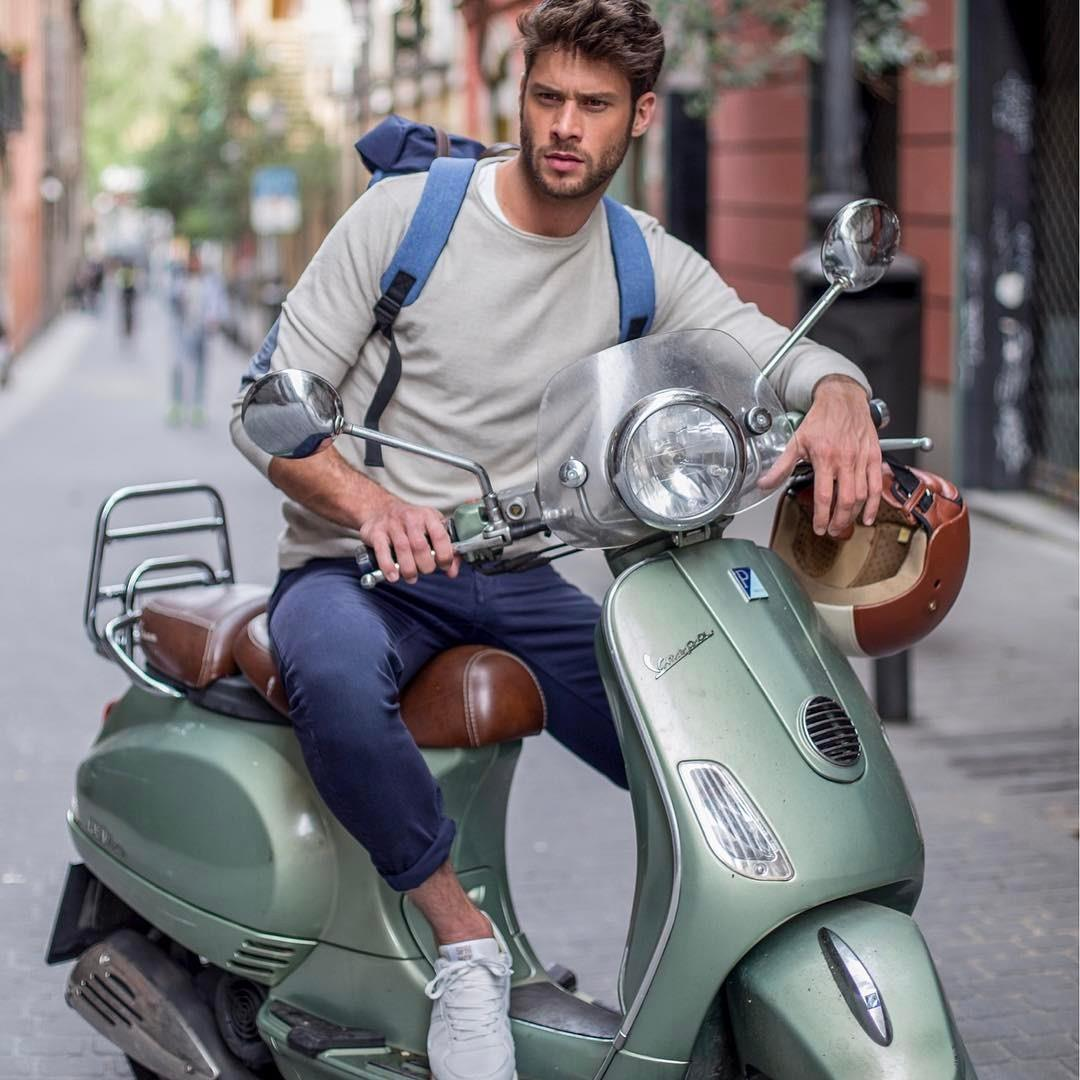 Back at work! 🛵☀️ @jose_lamuno gives us some tips for an everyday perfect look this season!