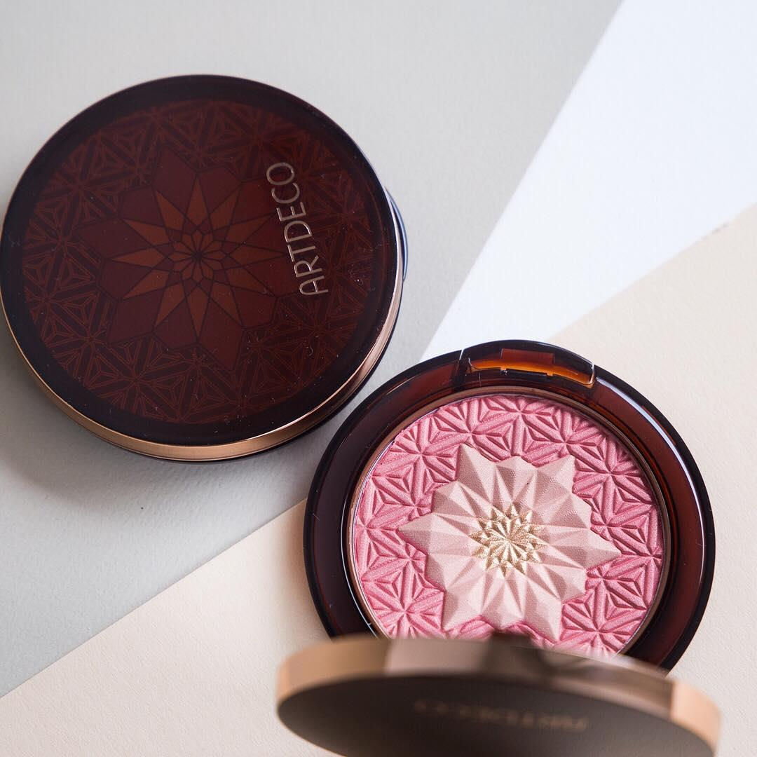 Rosy times for your complexion! This beautiful limited Bronzing Blusher enhances your cheeks with a hint of an exotic freshness and gold shimmer 🌷 Double tap, if you love the design!