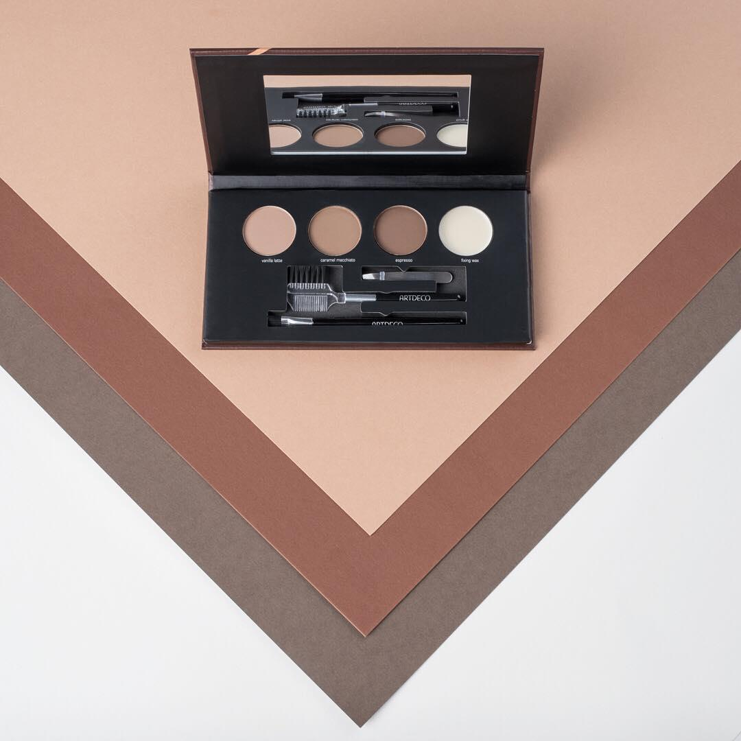 MOST WANTED! The miniature tweezers, an angled brush and a doubled-sided comb make the brow palette the ideal tool for the perfectly styled eyebrows. Get brows #onfleek: Link in Bio!