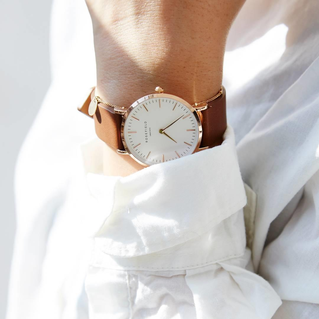 The clean-cut leather strap on the Tribeca White - Brown cre ...