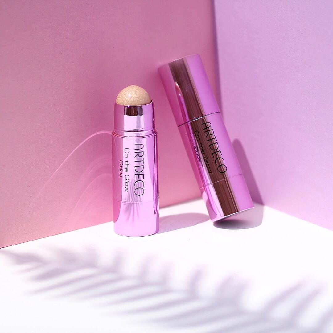 Glow on the go ✨ Our new On the Glow Stick gives your skin a golden soft shimmering glow. We absolutely adore the beautiful and compact design, that fits into every handbag! 