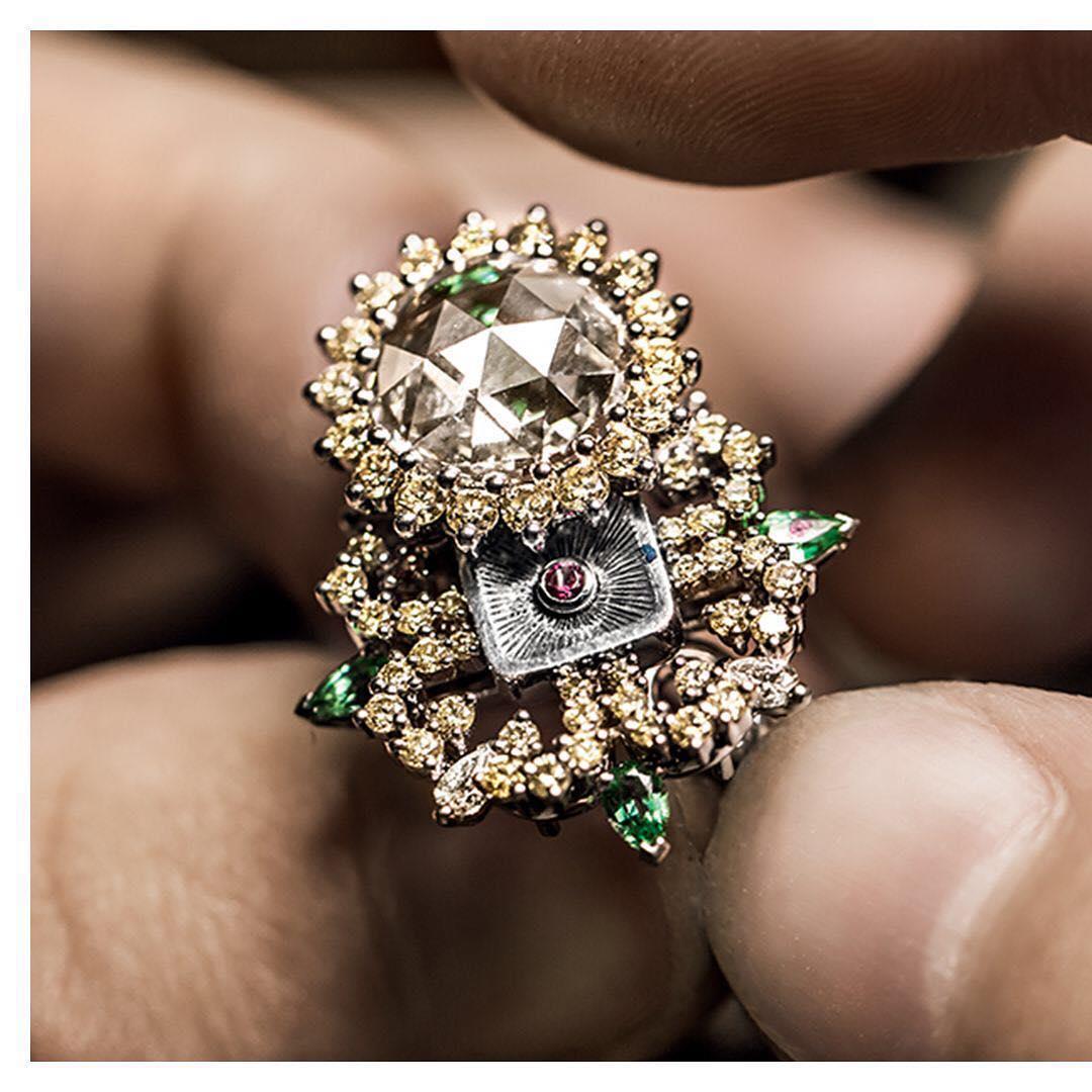 جواهرات دیور A diamond pivots
