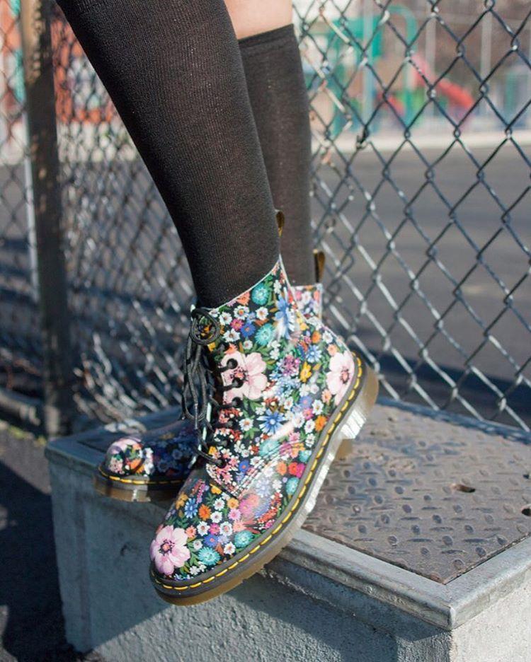 کفش با طرح گلهای رنگی