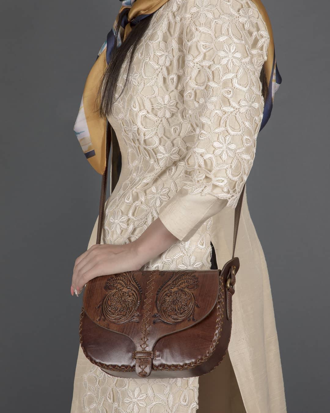 کیف دوشی زنانه افسون چرم طبیع