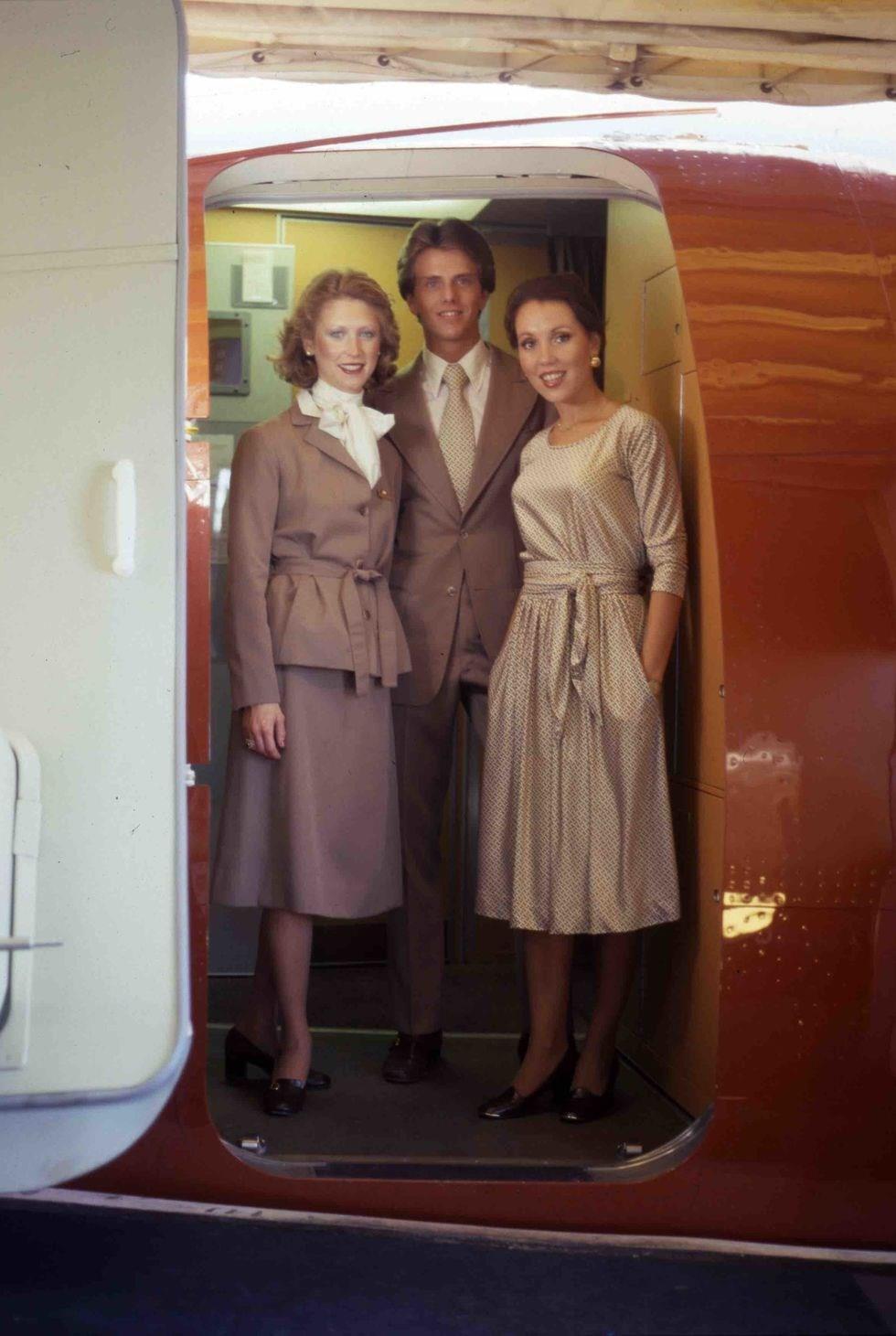 طراحی لباس مهمانداران هواپیما برانیف توسط هالستون